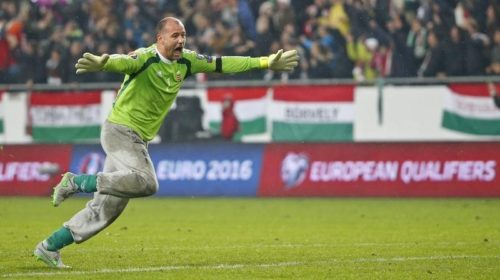 Football Soccer - Hungary vs Norway- UEFA EURO 2016 play-off - Grupama Arena 15/11/15. Hungary's Gabor Kiraly reacts after Hungary's second goal. REUTERS/Laszlo Balogh