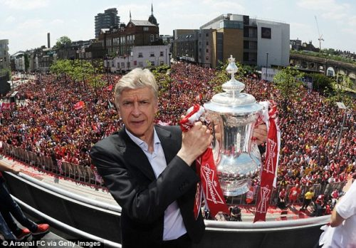 Wenger-FA-Cup-2014-trophy